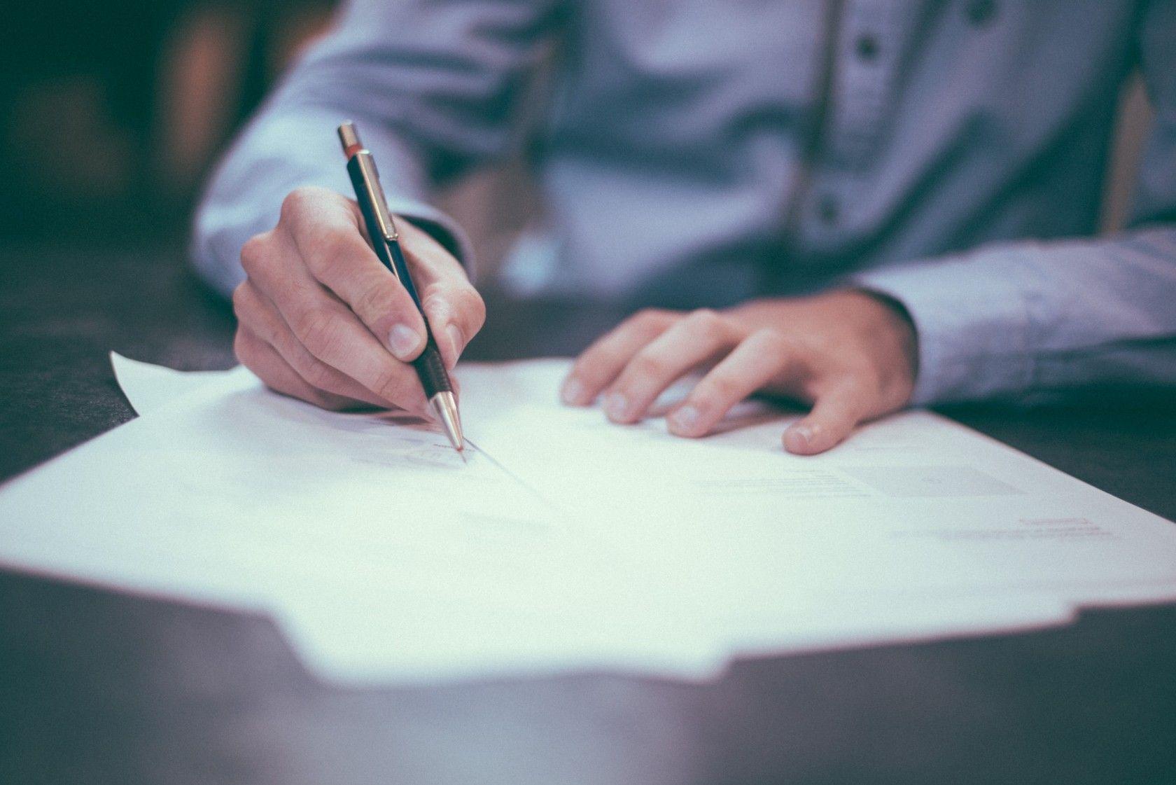 Man signing a shipping insurance